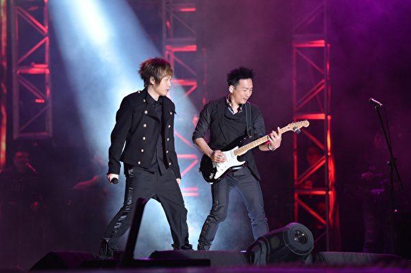 五月天12月31日在高雄梦时代广场举办的跨年晚会开唱。(图/三立提供)