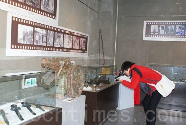 图为民众参观老照片矿工开采丰田玉老机械。(摄影:詹亦菱/大纪元)