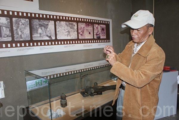 图为台湾玉文化发展协会理事长蔡万益,现场介绍50年代,父亲在矿坑用的电石灯。(摄影:詹亦菱/大纪元)