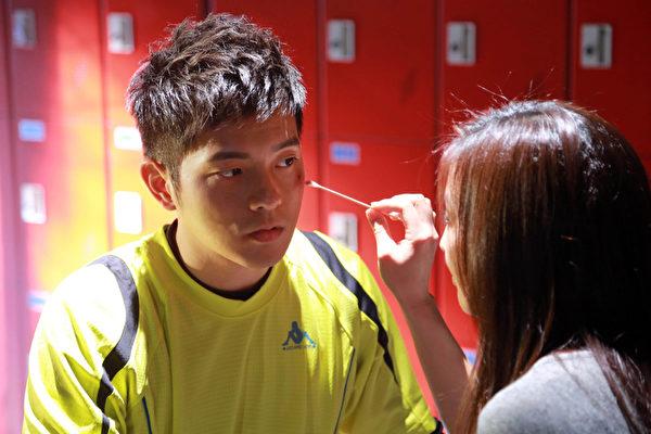 在MV裡,最親密的一場戲,是宥勝臉上受傷,張鈞甯用手擦拭他臉上的傷口。(圖/海蝶提供)