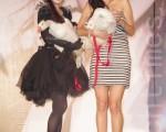 许慧欣很开心好朋友Janet(右)能来祝福她,不过白鹅动来动去的,让她有点紧张担心失控。(摄影:黄宗茂/大纪元)