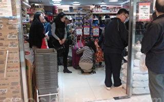 自由行、水货客改变了香港整个消费模式和零售市场,购买大量日用品的大陆游客除集结在新界上水外,举凡从中港边境口岸火车或巴士等能直达的地方,如屯门、元朗、大埔等,都不难遇到买了一车车外国牌子食品的人。(摄影:钱正富/大纪元)