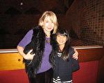 Fiona Blaikie是圣凯瑟林斯布罗克大学的教育主管,今晚,她带着她的从中国江西一个孤儿院收养的、今年刚11岁的女儿SOPHIE Blaikie一起观看神韵演出,喜悦之情溢于言表。(摄影:高云林/大纪元)