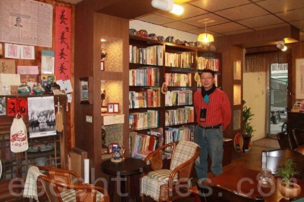 庄文生老师与兰地空间。(摄影:谢月琴/大纪元)