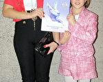 以色列专业舞蹈演员Anasdiya Domilova与妹妹于2013年1月12日晚在加拿大汉密尔顿欣赏神韵演出。(摄影:周月谛/大纪元)