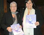 加拿大皇家银行经理阿里克斯‧桑德维奇女士和母亲一起看完神韵后表示,神韵很完美,所有的一切都非常美丽。(摄影:周月谛/大纪元)