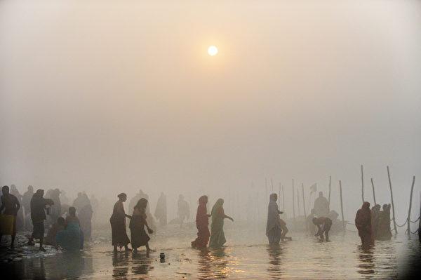 2013年1月13日,宗教慶典「大壺節」(Kumbh Mela)揭開序幕,數十萬名朝聖者在聖者帶領下,陸續湧入神聖恆河,據信這能消除罪惡並獲得祝福。(ROBERTO SCHMIDT/AFP)