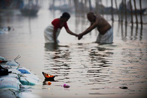 2013年1月13日,宗教慶典「大壺節」(Kumbh Mela)揭開序幕,印度民眾在恆河沐浴,據信這能消除罪惡並獲得祝福。(ROBERTO SCHMIDT/AFP)