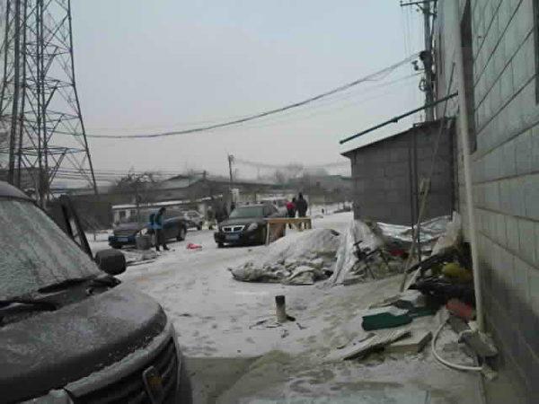 北京市房山區西營村發生疑似警察入室盜竊、綁架公民胡俊雄等人。圖為正往車上抬胡俊雄(圖片由作者提供)