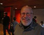 音乐家盖克先生非常喜欢神韵演出,他说,一切都很完美。(摄影:李佳/大纪元)