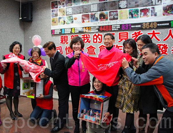 平鎮市長陳萬得(左3)在老大人回憶寶盒揭開寶盒(攝影:徐乃義/大紀元)