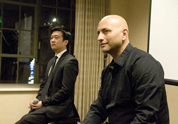 图:1月23日晚,纪录片《自由中国──有勇气相信》刚刚放映完成,影片导演帕尔曼(Michael Perlman,右)和制片人黄建升(左)准备与观众讨论。(摄影:周凤临/大纪元)