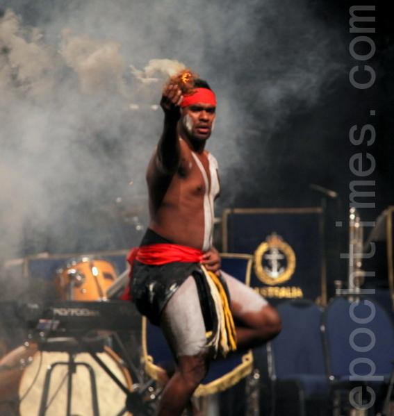 澳洲原住民Nunukul Yugerra舞蹈團在典禮中演出「升火典禮」來歡迎新公民。(攝影:林珊如/大紀元)