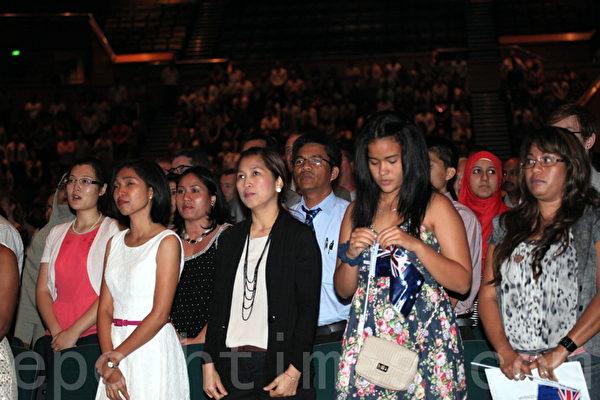 新公民在典禮中宣誓。(攝影:林珊如/大紀元)