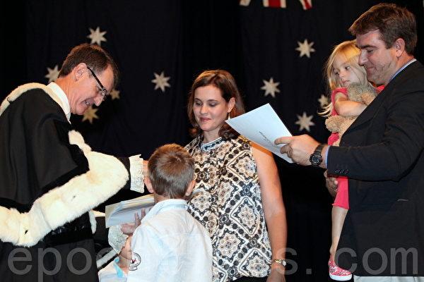 闊克市長頒發公民證書給予新公民。(攝影:林珊如/大紀元)