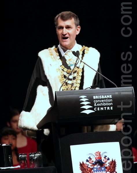 布里斯本市長闊克(Lord Mayor Graham Quirk)擔任主宣誓官。(攝影:林珊如/大紀元)