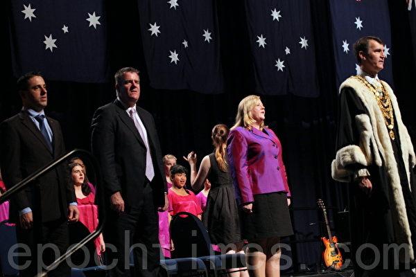 大會中全體來賓唱澳洲國歌。(攝影:林珊如/大紀元)