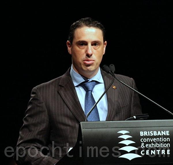 昆士蘭多元文化助理部長Robert Cavallucci MP代表省長紐曼(Premier Campbell Newman)在會中致辭。(攝影:林珊如/大紀元)