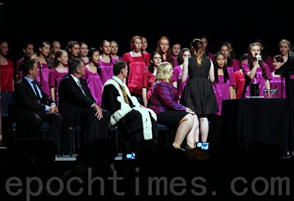 澳洲女孩合唱團在典禮中演出。(攝影:林珊如/大紀元)