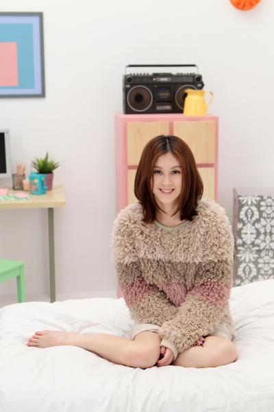 白安在床上拍攝MV畫面。(圖/相信音樂提供)
