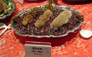 徐俊义收藏奇石满汉全席蚝油海参。(图:白亚仕/大纪元)