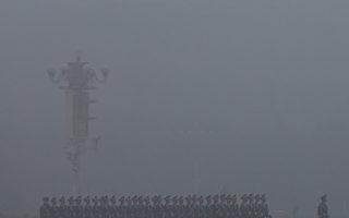 中共新任總書記習近平1月29日視察武警部隊,強調黨對武警部隊的絕對領導,意在收繳政法委的兵權,握牢槍桿子,為下一步打真正的「大老虎」造勢和做好準備。(Feng Li/Getty Images)