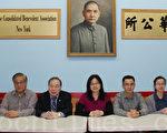 中華公所主席吳國基(左三)、公所義工團團長陳傳銘(左一)與布魯克學院的四名學生義工崔麗莉(右一)、Shirley Cheung(右二)、Sam和蔣柯(右四)13日在中華公所,介紹今年免費報稅活動的安排。(攝影﹕蔡溶/大紀元)