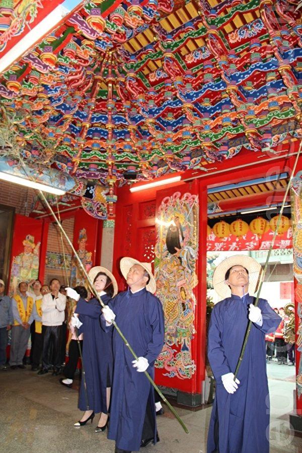寺廟中的送神大掃除儀式。(謝月琴/大紀元)