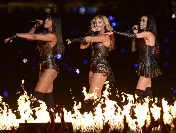 碧昂丝身穿紧身超短裙皮衣、深V蕾丝装,全程劲歌热舞。(图/TIMOTHY A. CLARY/AFP/Getty Images)