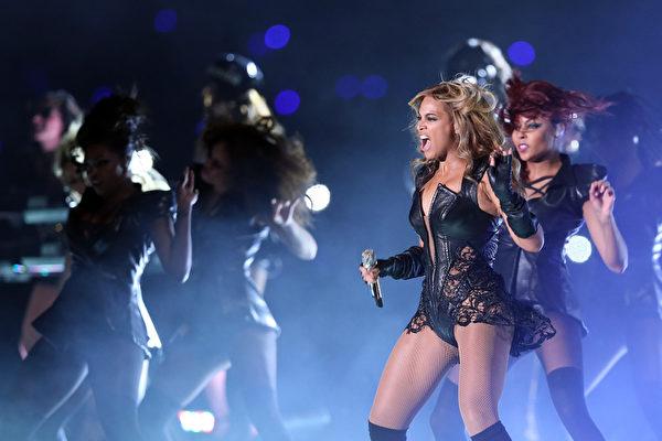 碧昂丝火辣的舞蹈也令人印象深刻。(图/Christian Petersen/Getty Images)