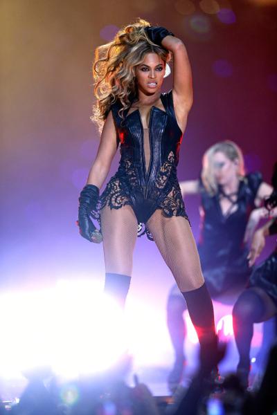 碧昂丝2月3日在美国新奥尔良的超级碗美式足球超级杯(Super Bowl XLVII)现场表演。(图/Ezra Shaw/Getty Images)