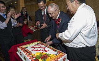 高壽老州長  獲台外交之友獎章