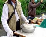 阿富手工製作的魚丸,現做現賣,強調三不健康概念。(攝影:龍芳/大紀元)