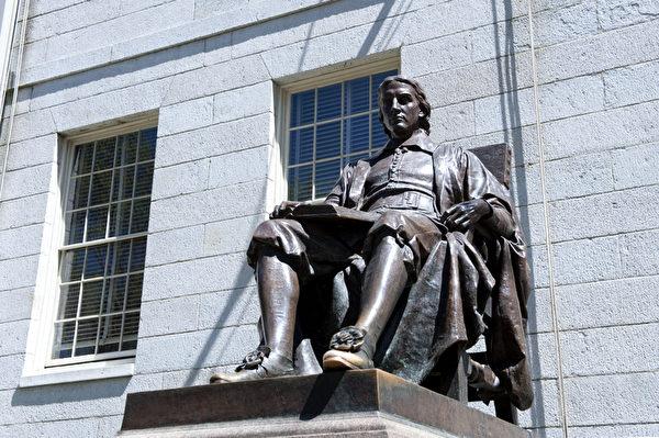 哈佛大学第一位金主John Harvard的铜像坐落在哈佛园里,脚尖被希望学有所成的游客摸得铮亮。(摄影:徐明/大纪元)