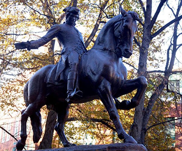 独立战争前午夜狂奔报告英军来袭的Paul Revere 铜像。(摄影:秦川/大纪元)