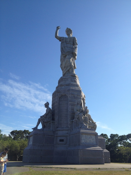 麻州普利茅斯的信仰女神巨型石雕,右手指着天,左手握着《圣经》,是为纪念随五月花号登陆的美国先驱而建。(摄影:秦川/大纪元)