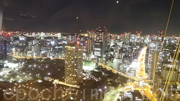 东京铁塔夜景成了许多东京爱情故事不可或缺的精神元素。图为从东京铁塔展望台拍摄的周边夜景。(摄影:和和/大纪元)