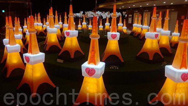 2013年,东京铁塔在爱心形台座上展出55个1.4公尺高的迷你东京铁塔以纪念55周年。(摄影:和和/大纪元)