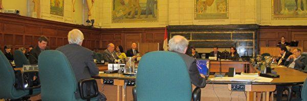 隶属于加拿大国会外交委员会的国际人权委员会2月5日,在渥太华国会大厦进行了关于中共活体摘取法轮功学员器官的听证会。大卫‧麦塔斯(David Matas)和大卫‧乔高(David Kilgour)报告了他们的调查结果并回答了议员们的提问。(摄影:梁耀/大纪元)