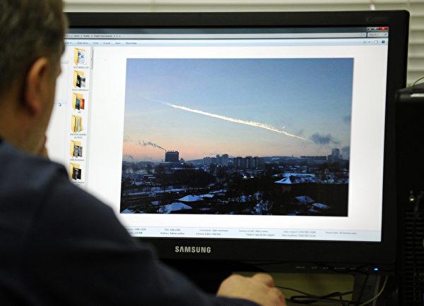 一名莫斯科民众从电脑上查阅流星爆炸的画面(AFP PHOTO / 74.RU/ OLEG KARGOPOLOV)