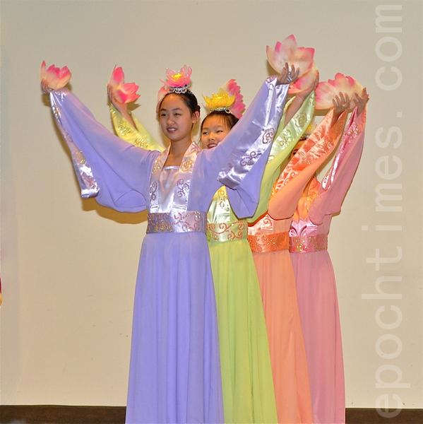 大费城明慧舞蹈队表演的中国古典舞《荷花颂》。(摄影:鹭箐/大纪元)
