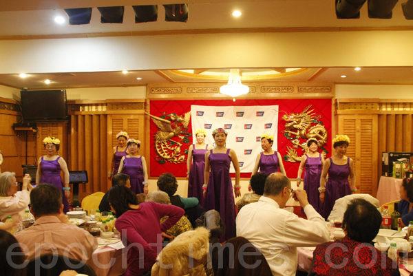 安康宁健康之友会表演舞蹈:爱的奉献。(摄影﹕陈天成/大纪元)