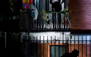 為捉拿維基解密(WikiLeaks)創辦人亞桑傑(Julian Assange),英國24小時在厄瓜多駐倫敦大使館外派駐警力,截至1月底,相關費用已達290萬英鎊(450萬美元)。圖為 2012年12月20日,亞桑傑在厄瓜多駐倫敦大使館陽台發表公開演說。(Leon Neal/AFP)