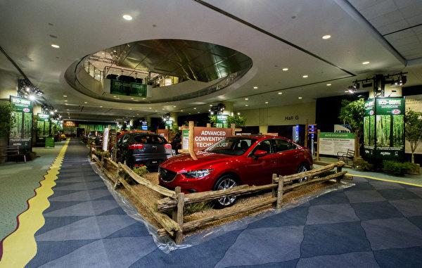 加拿大国际次车展EcoDrive展区独具创新教育意义,展示各大车商研制生产的高效省油环保车款,是本次车展上最受欢迎的特色之一。(车展提供)