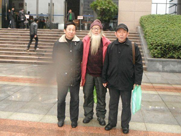 代理人傅濤(左)、淅江著名維權人士林大剛(中)與代理人王季勇於開庭前溫州市中級人民法院前合影 (作者提供)