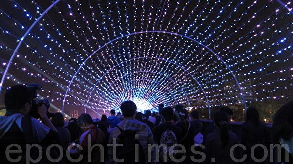 """光荣码头灯区旁的铁道桥,打造为""""Dios Mio 惊奇声光剧场"""",以LED呈现星光点点与海底世界大拜年动画等图案,五彩缤纷。(摄影:林秀文/大纪元)"""