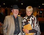 前日產汽車美國公司主管Rustie Krawchuk先生和太太 Barbara Krawchuk與今晚的觀眾一起陶醉在神韻舞蹈、音樂與歌唱的藝術盛宴中。(攝影:余清洲/大紀元)