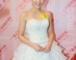 李亚男在大年初七(16日)披婚纱走秀。(摄影:宋碧龙/大纪元)