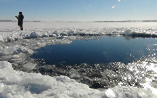 2013年2月15日在俄羅斯烏拉爾地區發生隕石爆炸事件後,俄羅斯科學家稱巴爾庫利湖附近發現不少隕石碎片。(CHELYABINSK REGION POLICE DEPART / AFP)
