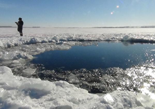 2013年2月15日在俄罗斯乌拉尔地区发生陨石爆炸事件后,俄罗斯科学家称巴尔库利湖附近发现不少陨石碎片。(CHELYABINSK REGION POLICE DEPART / AFP)